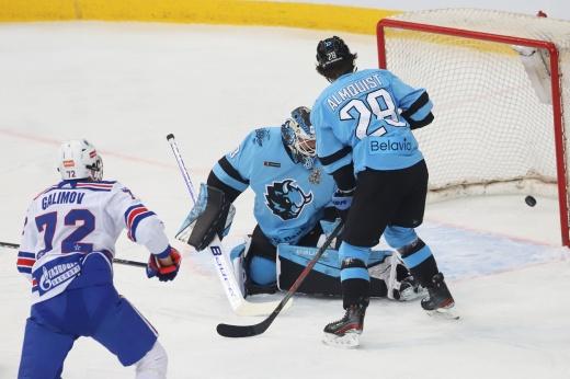 Зрители забросали лёд мусором, капитан махнул на судью. Скандальная победа СКА в Минске