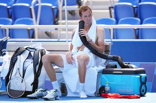 Тяжёлая победа Медведева на старте Олимпиады. Наш теннисист справился с испепеляющей жарой