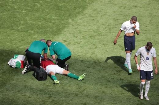 Игроку на Евро стало плохо во время матча. Он рухнул прямо на поле!