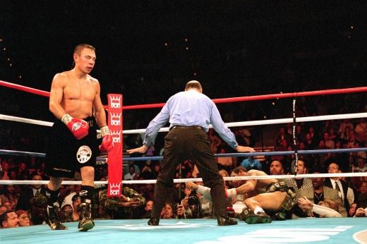 Тяжеловесы в Мексике сломали ринг во время боя, видео
