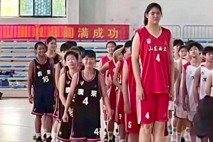 14-летняя китаянка Чжан Цзыюй ростом 226 см стала звездой соцсетей, её сравнивают с легендарным Яо Мином