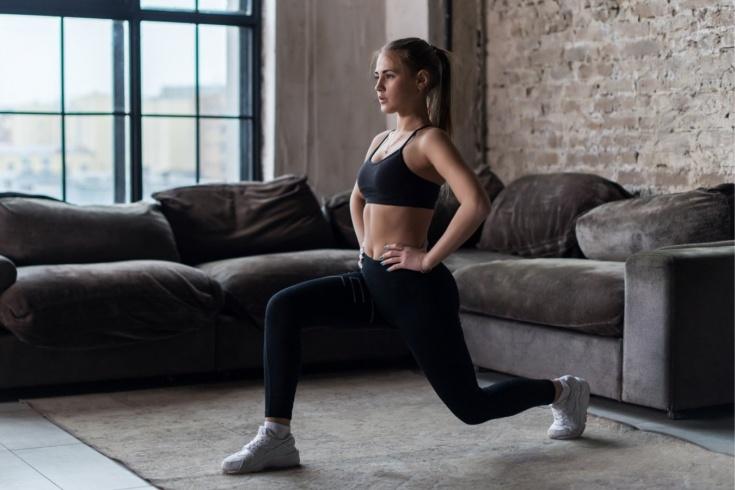 Как правильно делать выпады для ягодиц и ног, техника упражнений с гантелями и штангой для девушек и мужчин