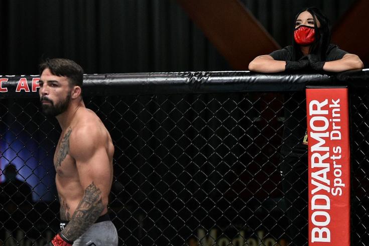 Боец UFC победил без тренера и с подругой-секундантом. А что, так можно было? Видео
