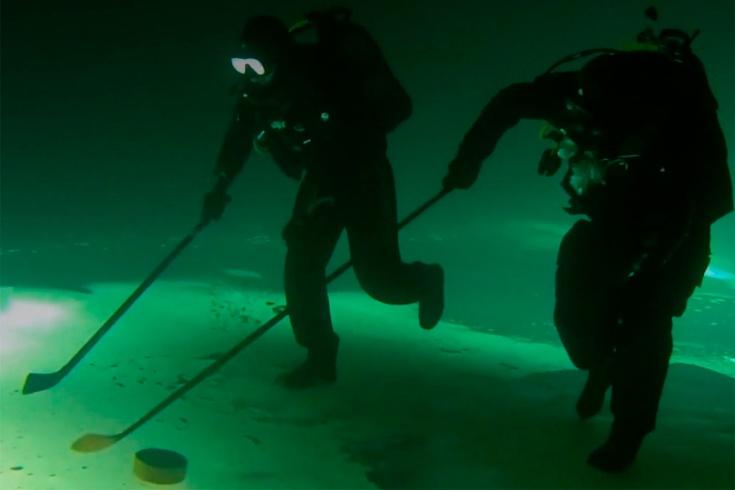 Смешное видео, как люди играют в хоккей под водой