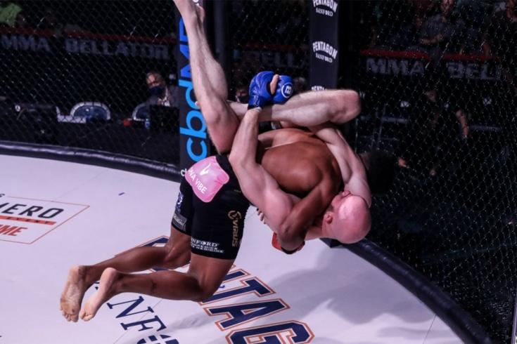 Арчи Колгэн нокаутировал Бена Симонса после крутого слэма, Bellator 265, видео