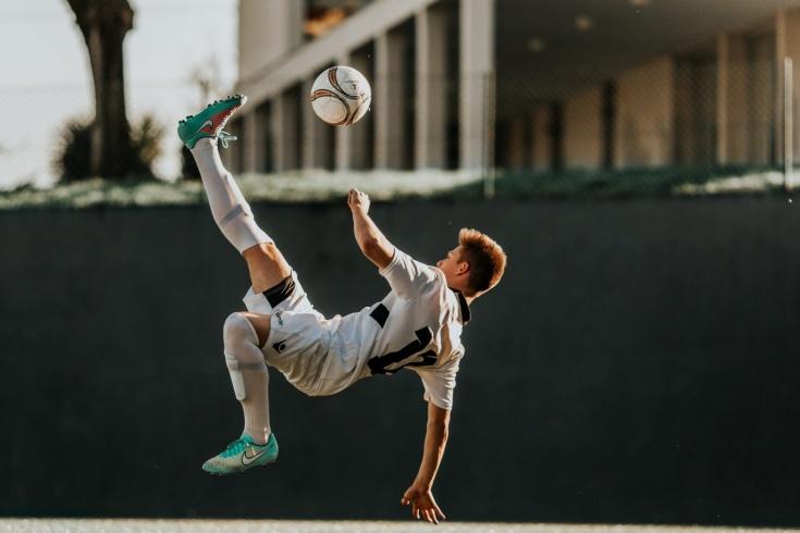 Как научиться набивать или чеканить мяч