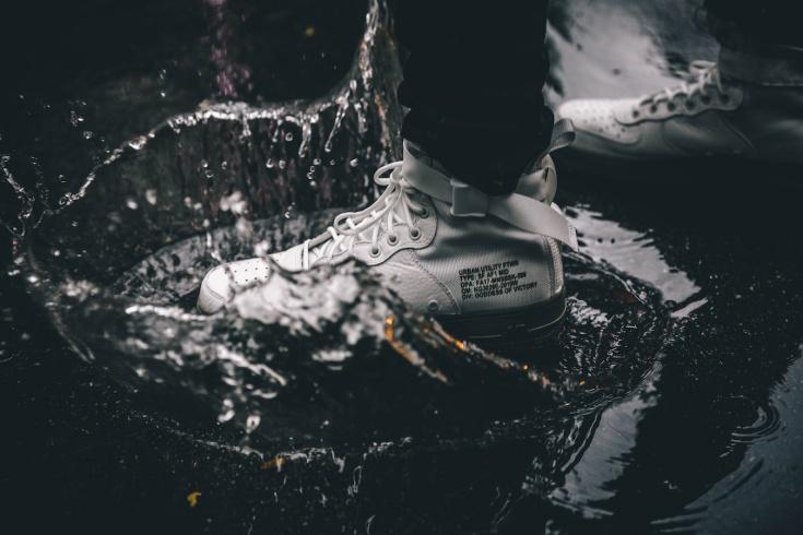 Как защитить кроссовки от непогоды?