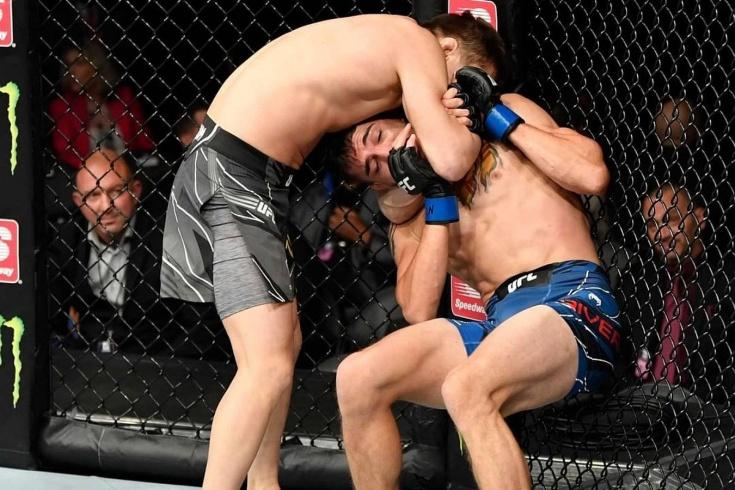 Жалгас Жумагулов гильотиной победил Джерома Риверу на UFC 264, видео
