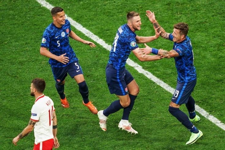 Игроки сборной Словакии празднуют забитый гол