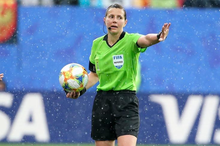 Феминизм против BLM в футболе. Украинской судье придётся вставать на колено?