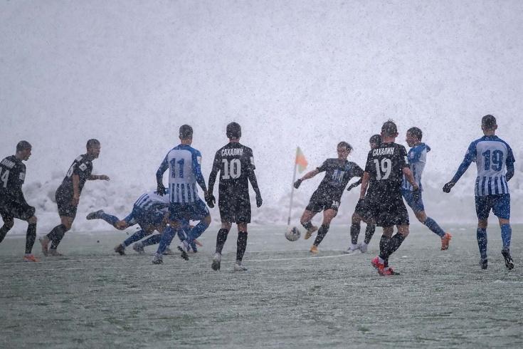 «Просто загуглите, где это». Суровый русский футбол — под майским снегопадом!