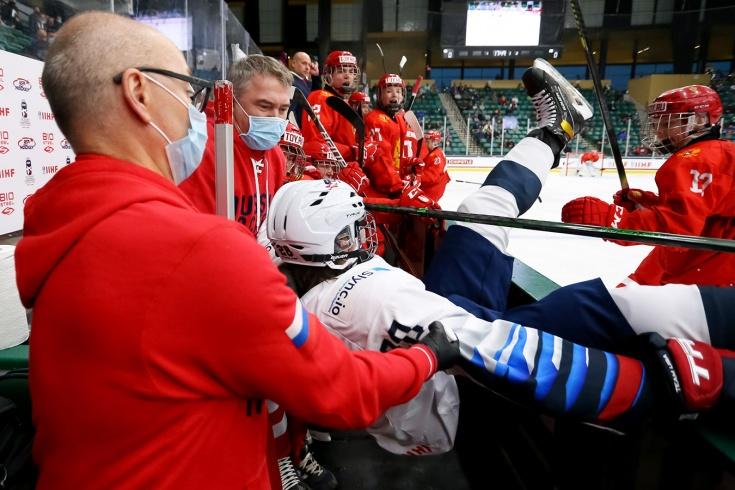 Видео момента в матче Россия — США, как Мичков выкинул американского хоккеиста за борт на ЮЧМ-2021