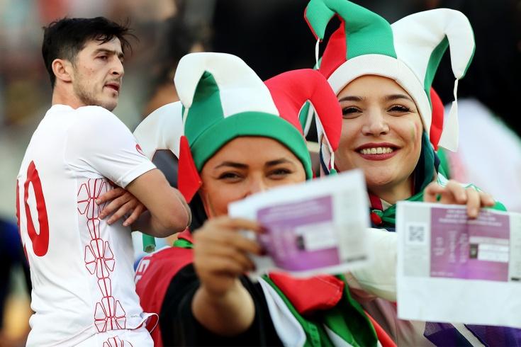 Иранские женщины на футболе, хет-трик Азмуна