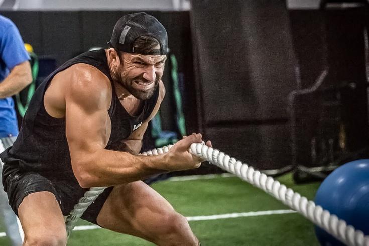 Бывший чемпион UFC Люк Рокхолд голыми руками заборол быка на родео, видео