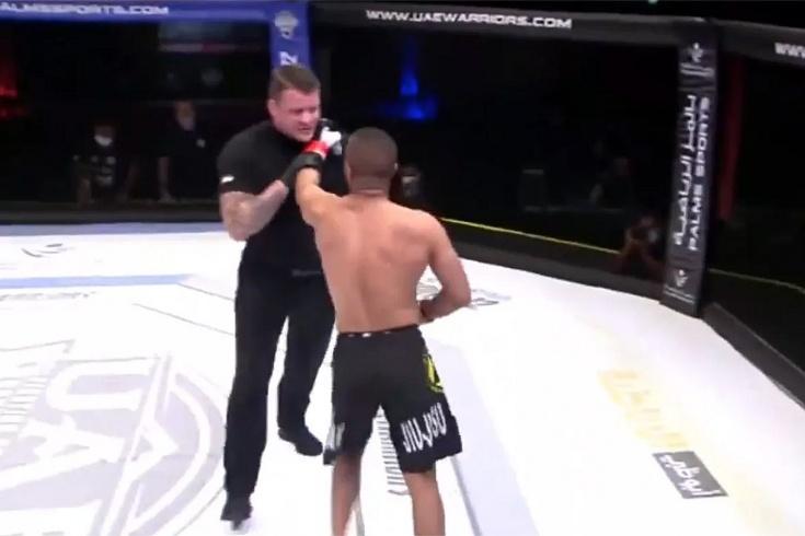 Боец ММА выиграл поединок и напал на судью. Победу сразу отобрали. Видео