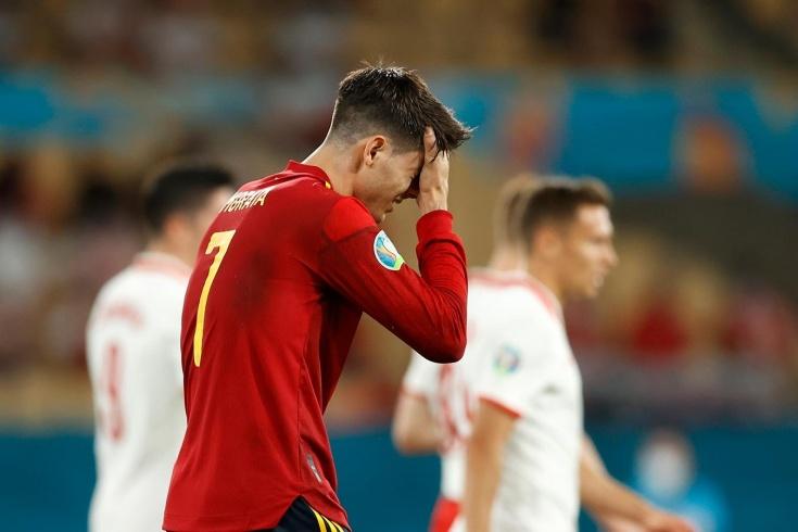 «Мне угрожали, я не спал 9 часов». За что нападающего сборной Испании невзлюбили фанаты