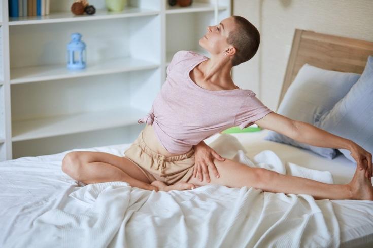 Какие упражнения можно делать лёжа, 5 упражнений для утренней зарядки в кровати