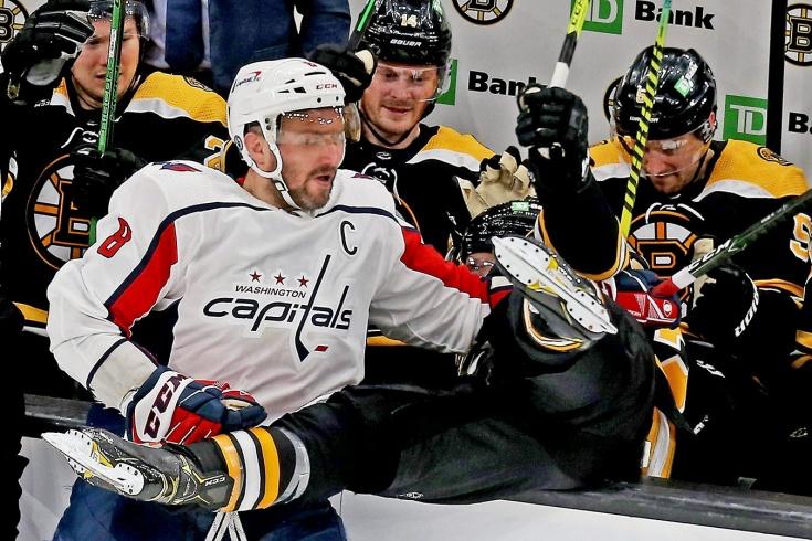 Видео силового приёма Овечкина на Бержероне, хоккеист «Бостона» вылетел за борт