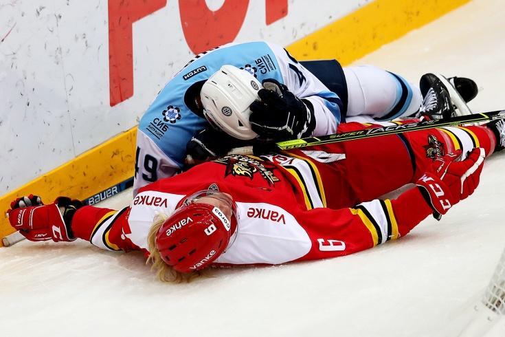 Жёсткое столкновение в матче КХЛ «Куньлунь» — «Сибирь», защитник «Куньлуня» Лофквист покинул площадку на носилках