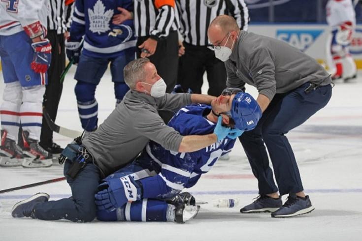 Жуткое видео из НХЛ. Таварес получил коленом в голову и едва не потерял сознание