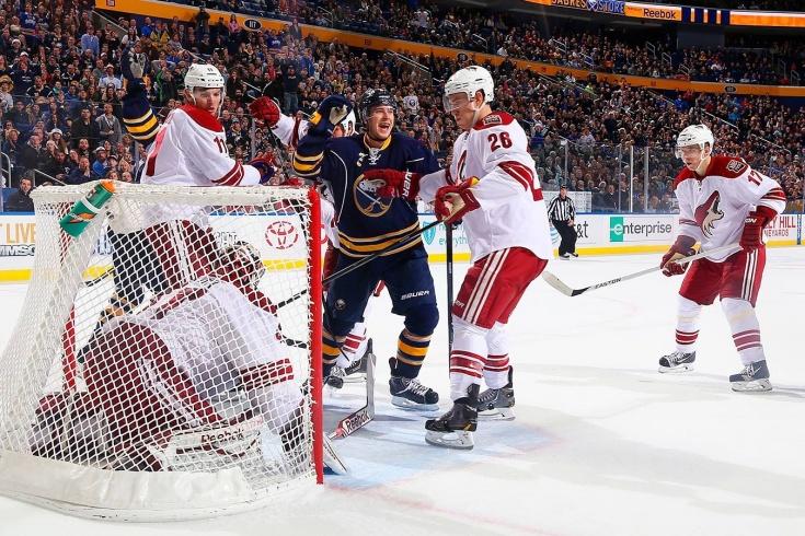 «Никогда такого не видел!» Голкипер НХЛ занёс шайбу в свои ворота в трусах