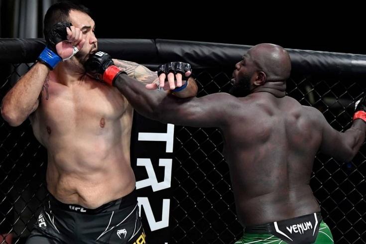 UFC: Розенстрайк победил нокаутом Сакаи