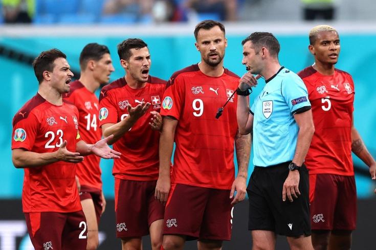 «Чудовищное решение». Известного судью поливают грязью за удаление в матче Евро