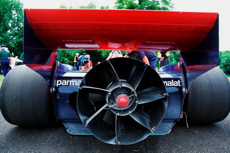 Выиграл первую же гонку, а потом команда его предала. Уникальный болид-«пылесос» Формулы-1