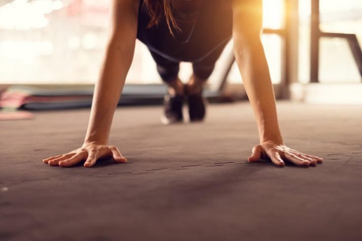 Как подтянуть мышцы рук? Тренировка без гантелей с собственным весом. Видео