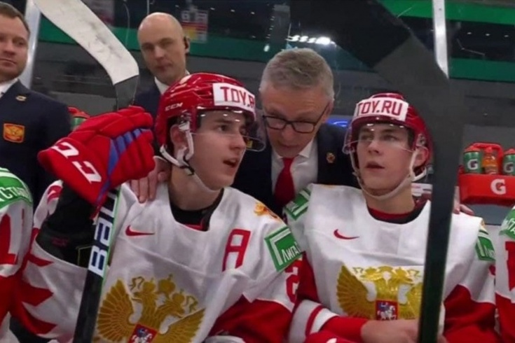 Как родной отец. Ларионов обнимает игроков сборной России во время матча (видео дня)