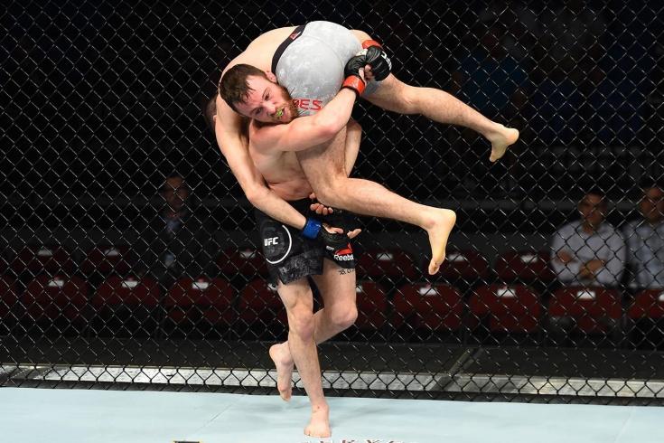 Боец UFC Джарред Брукс нокаутировал сам себя, неудачно бросив соперника