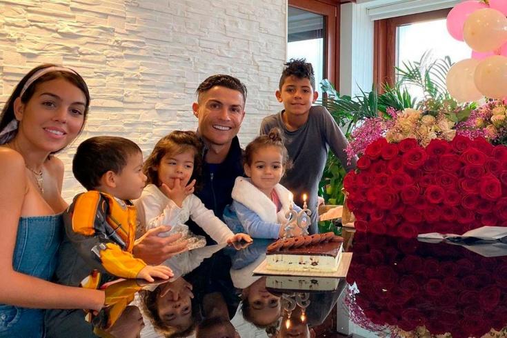 Девушка Роналду опубликовала семейное фото в бассе