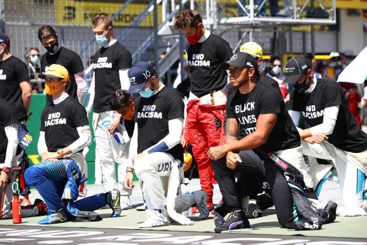 На колено не встали шесть гонщиков Формулы-1