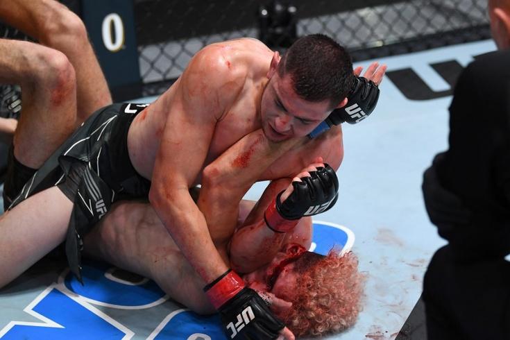 Боец дважды побывал в нокдауне за 30 секунд, но всё равно выиграл бой нокаутом. Видео