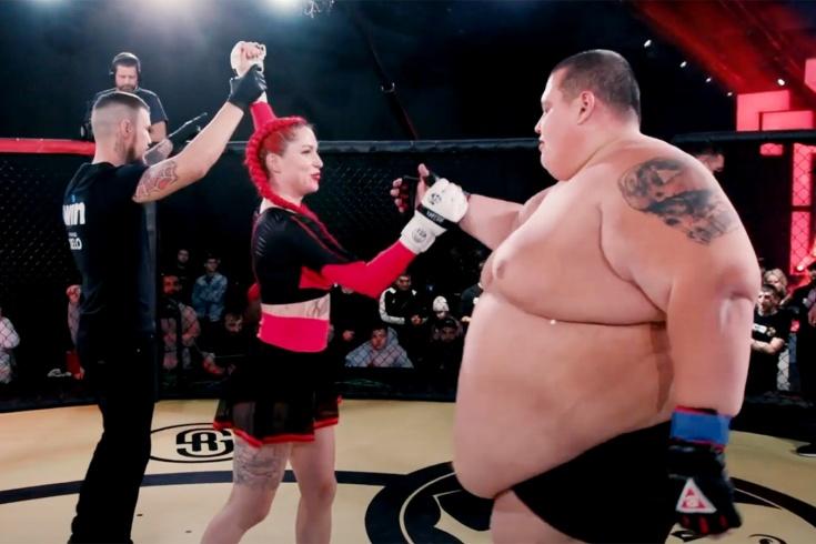 Девушка-боец нокаутировала 240-килограммового мужчину, полное видео боя