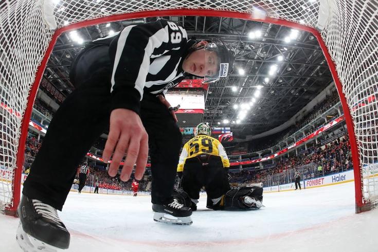Хоккеист-любитель забил гол свои ворота, видео эпизода
