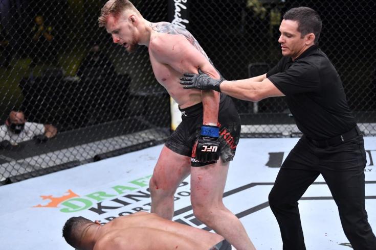 Александр Волков нокаутировал Оверима во втором раунде UFC Vegas 18, видео боя