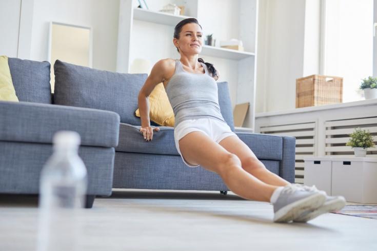 Как правильно тренироваться дома? Упражнения для тренировок лёжа ...