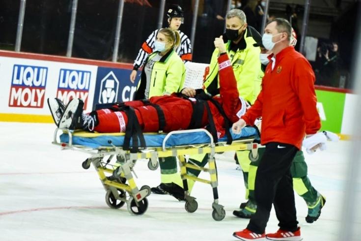 Страшная травма защитника сборной Беларуси на ЧМ. Упал под шведа и покинул лёд на носилках