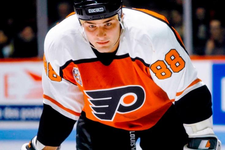 «И тут я осознал, что его обменяли дважды». Как сделка по Линдросу вошла в историю НХЛ