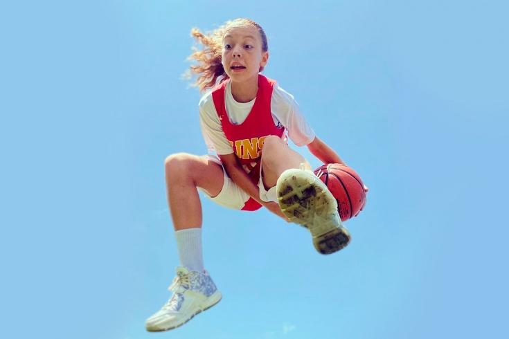 Взрослые мужики не могут сдержать 12-летнюю школьницу. Каролина круто работает с мячом