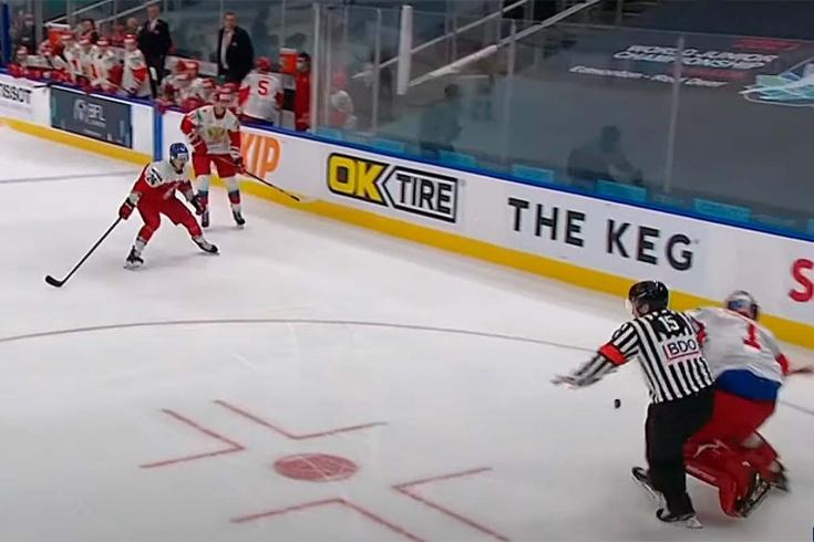 Попал, как под газонокосилку. Вратарь сборной России вышел из ворот и снёс судью (видео)