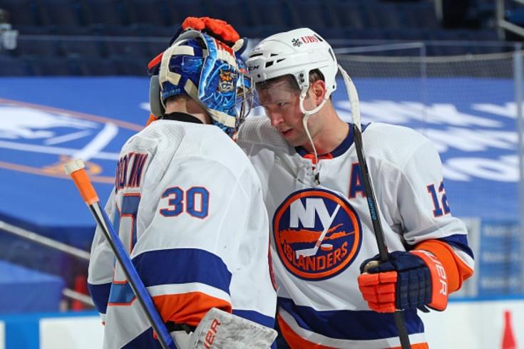Русский вратарь Сорокин наконец-то победил в НХЛ! И попал в трогательные объятия партнёров