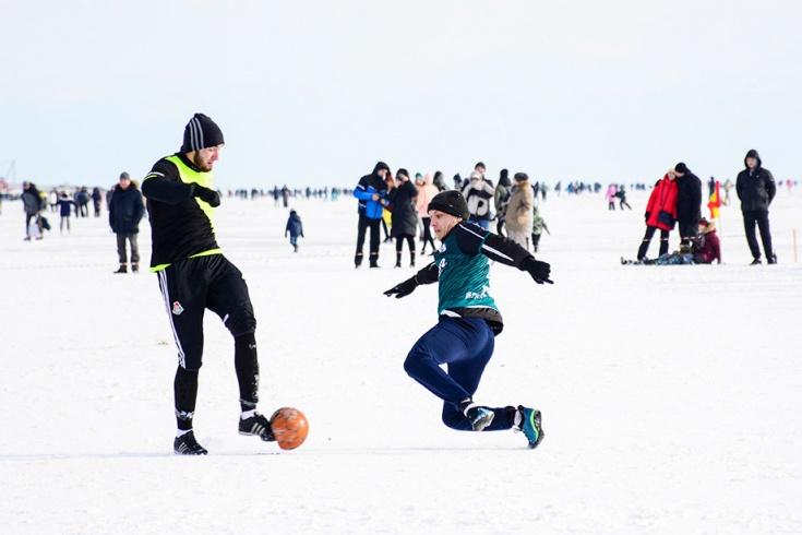 Футбольный матч на льду Байкала. Как это возможно?