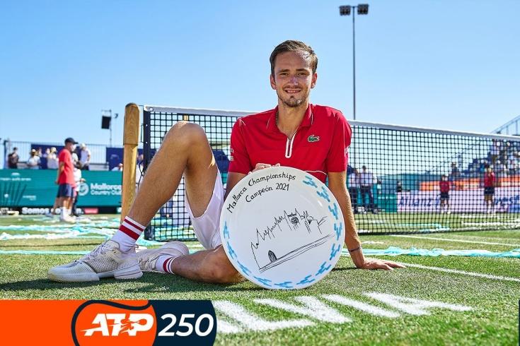 Турнир ATP-250 на Мальорке: Даниил Медведев завоевал первый титул на траве, обыграв в финале американца Куэрри, видео