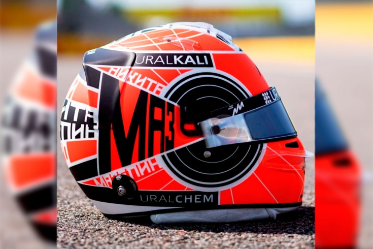 Красотища! Русский гонщик выступит в Сочи в уникальном шлеме в стиле конструктивизма