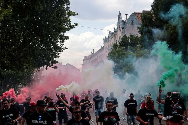 «Мы встаём на колено только в трёх случаях». Венгры устроили акцию протеста