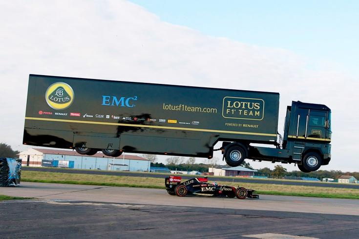 Грузовик перелетел едущий болид Формулы-1 — видео рекорда Гиннесса от «Лотуса»