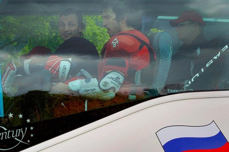 «Полицейский ворвался с пистолетом». Случай с автобусом России по дороге на матч с Канадой