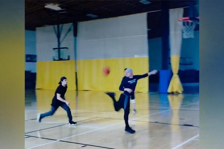 Футболист Алекс Нефф и бейсболист Райли Оттесен сделали эффектный баскетбольный трюк